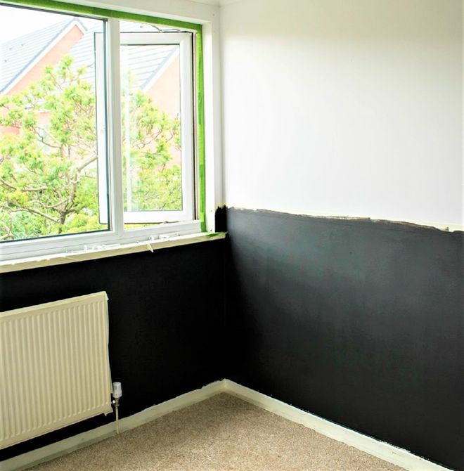Muro pintado a mitad de camino en el cambio de imagen del dormitorio