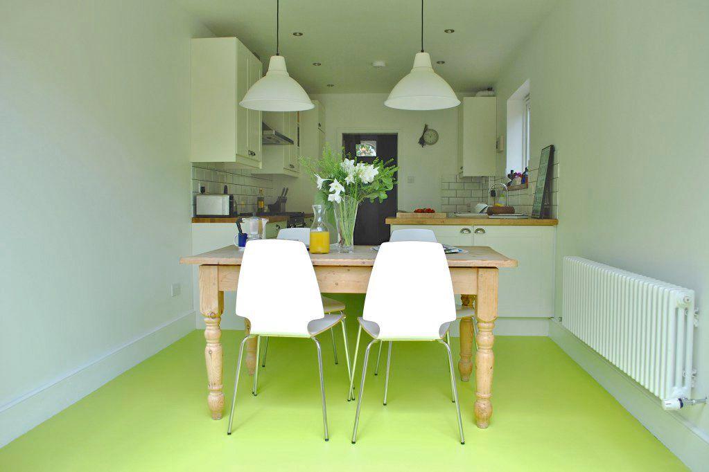 cocinas coloridas con piso de baldosas verdes