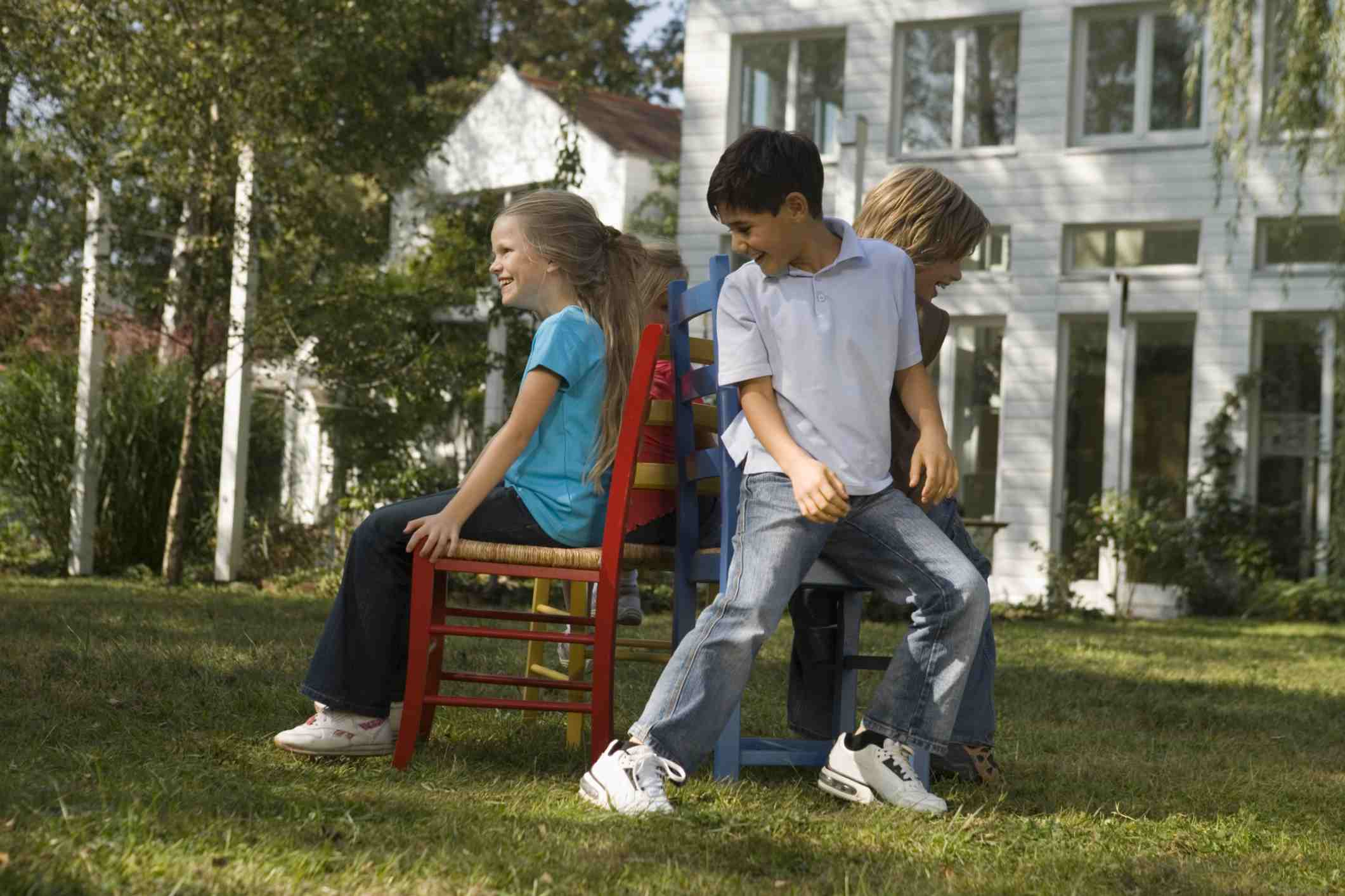 Un grupo de niños tocando sillas musicales