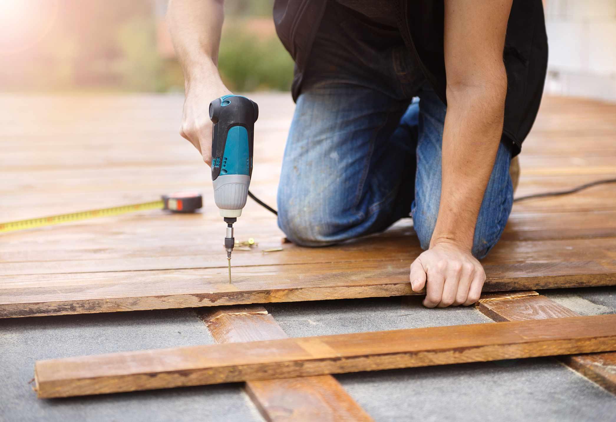 Hombre instalando pisos de madera