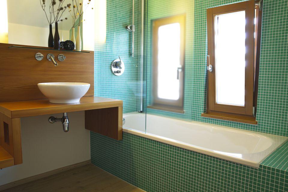 baño de azulejos verdes