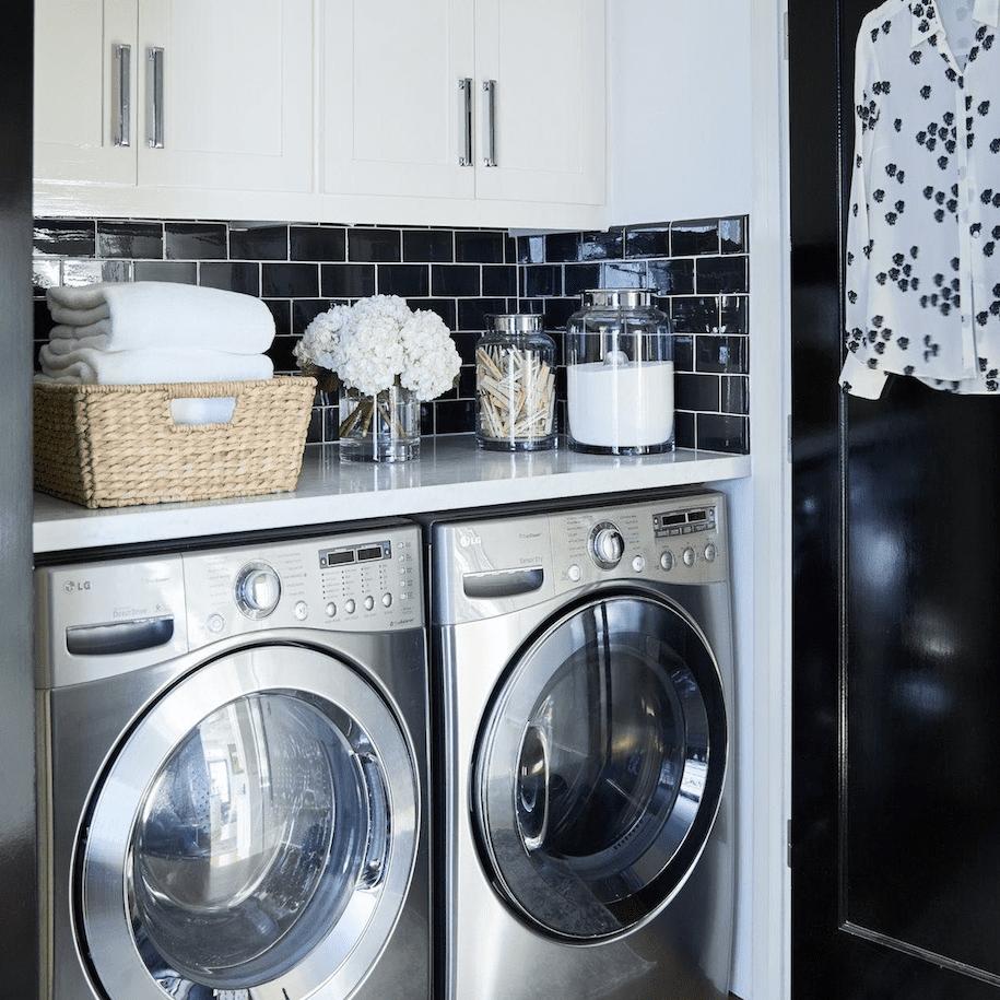 Azulejos de metro negro en el lavadero