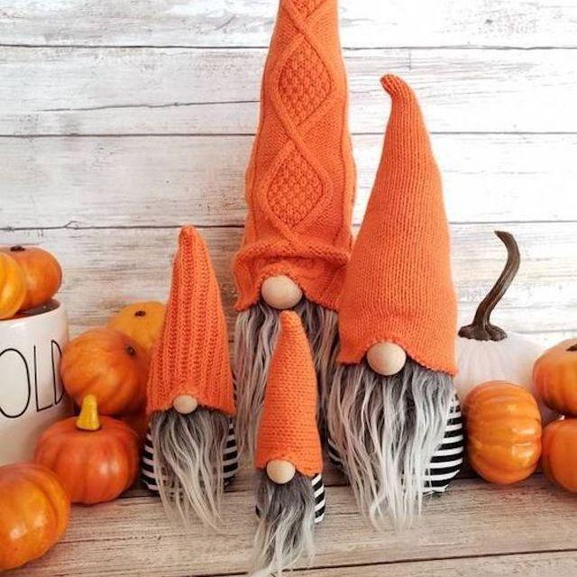Gnomos con temas de Halloween en la repisa de la chimenea
