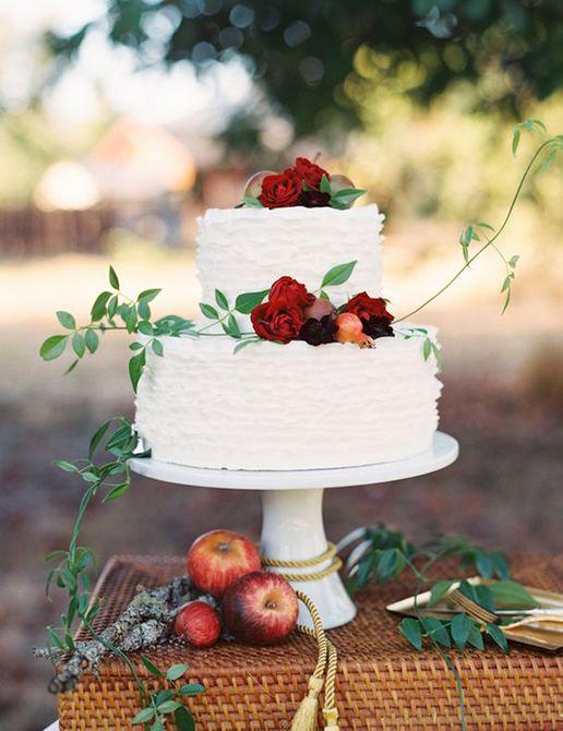 Pastel de bodas de otoño con capas rizadas y fruta de temporada