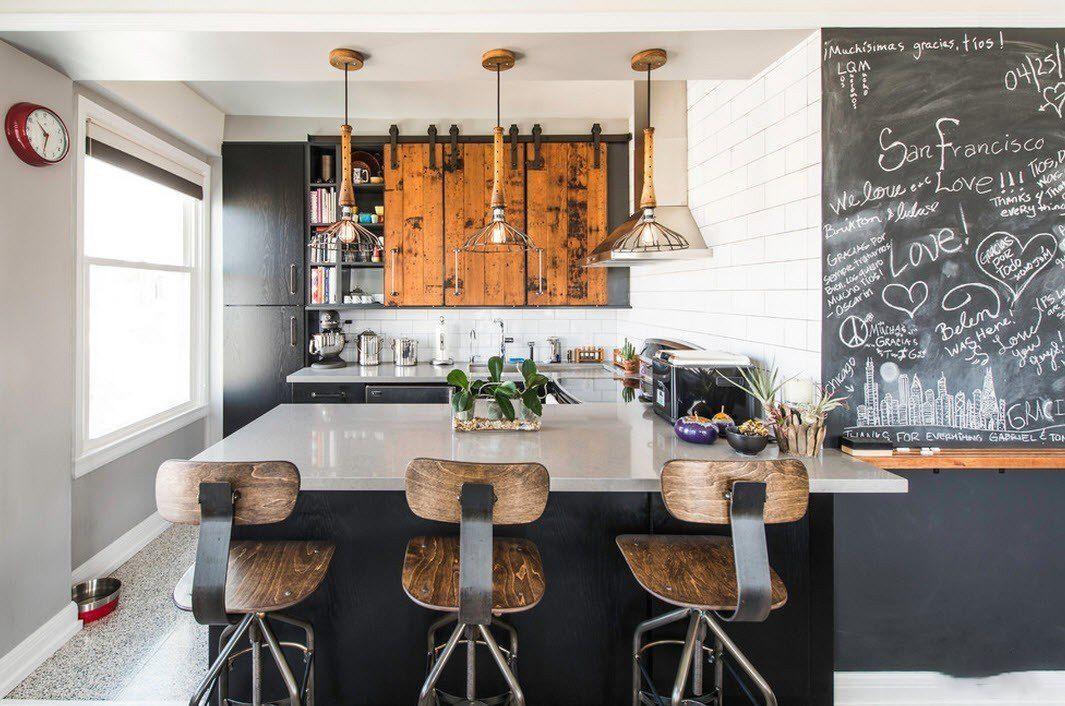 cocina negra y de madera