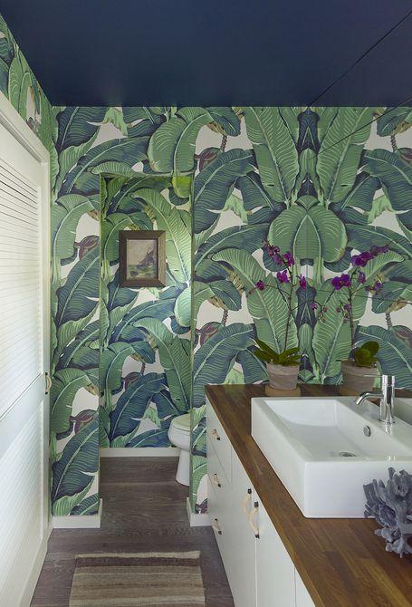 Baño decorado con papel tapiz de hoja de plátano