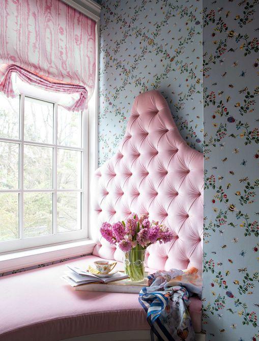 banco de ventana rosa y azul en nursey