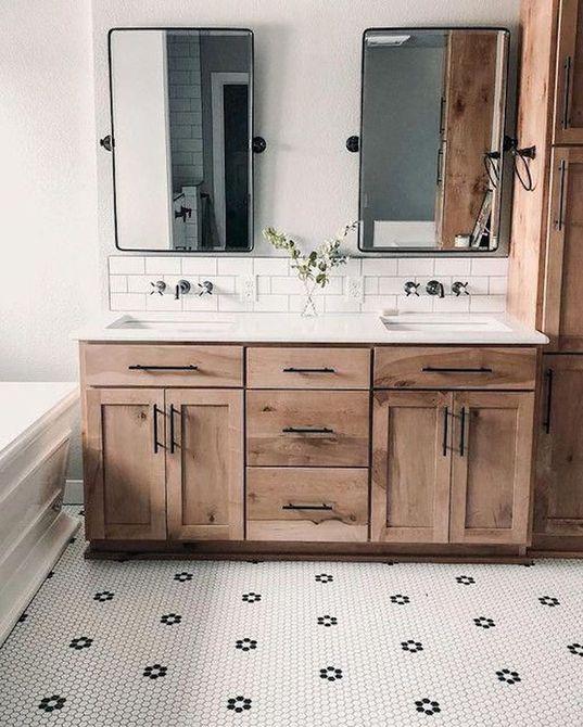 Baño con azulejos de centavo y rústico tocador