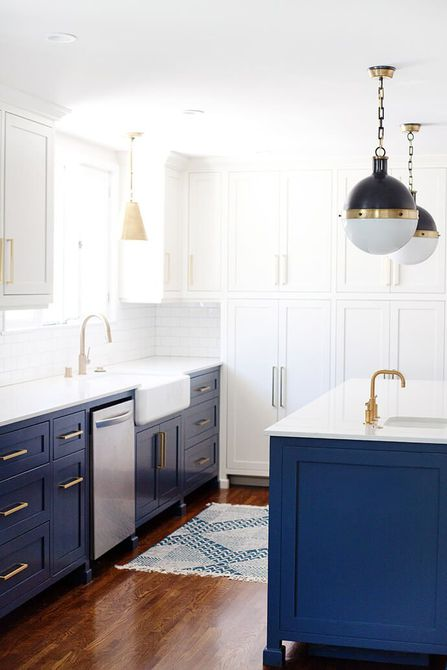 Una remodelación de cocina azul y blanca de dos tonos, a través de The Guía de brillo