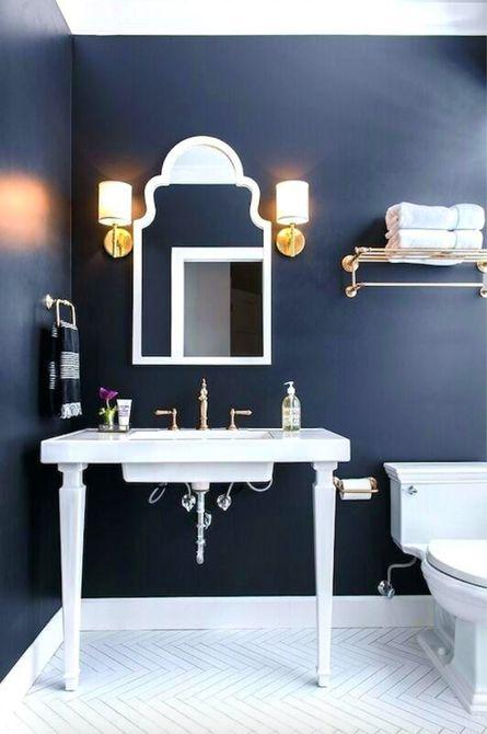 Espectacular pared azul marino en el baño