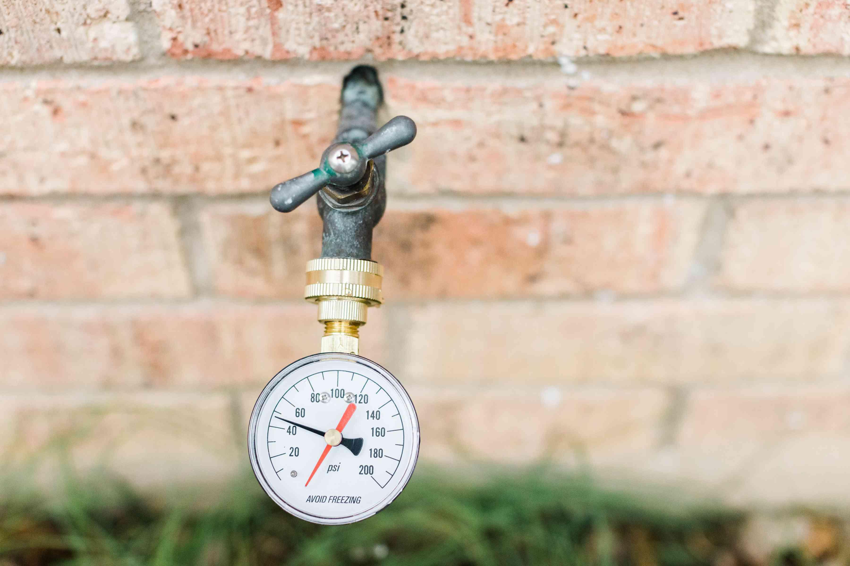 Water pressure gauge measuring pressure on outdoor faucet