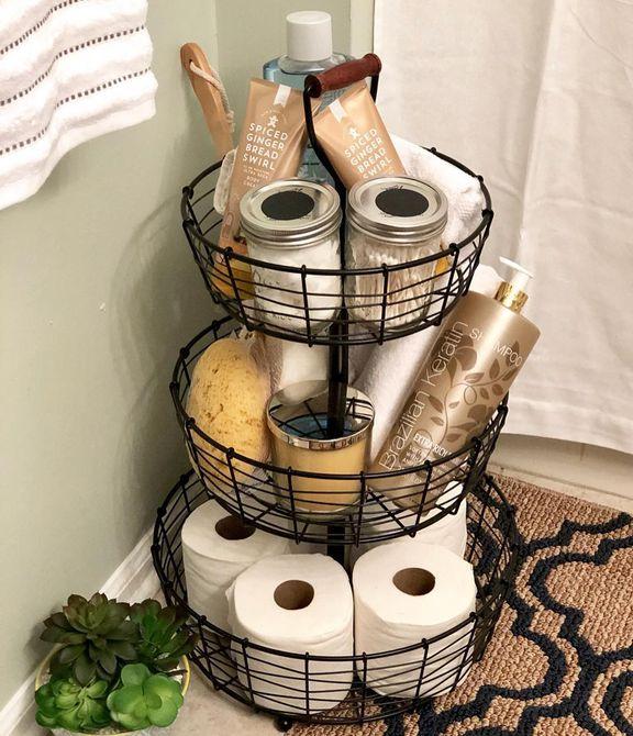 organizar productos de baño en una bandeja escalonada