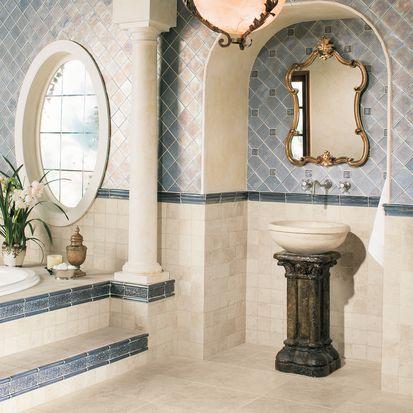 azulejo de baño adornado en azul y crema