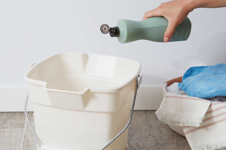 Preparing vinyl floor cleaning solution