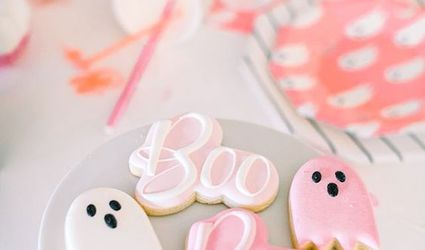 """""""Boo"""" and ghost Halloween cookies on plate"""