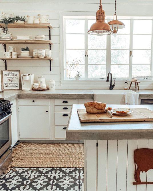 cocina grande con isla grande y detalles en madera