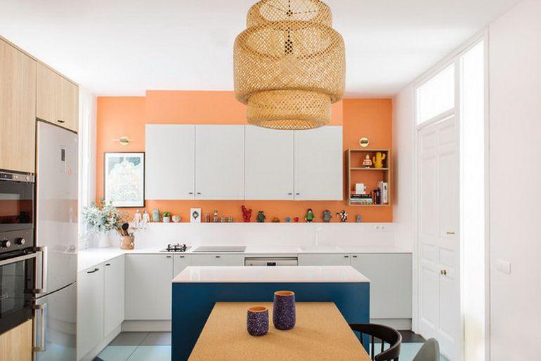 Cocina rosa fuerte con brillantes paredes y mostradores blancos