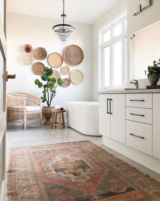 Baño con alfombra antigua y decoración de canasta
