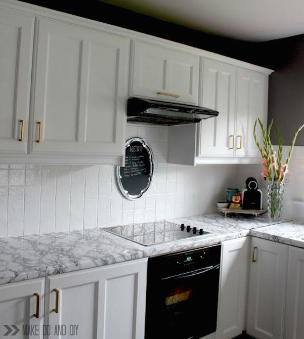 cocina con mostradores de mármol de papel de contacto