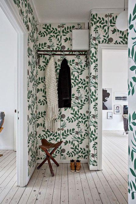 Revestimiento botánico de paredes en el pasillo