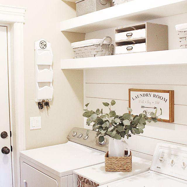 Un cuarto de lavado decorado en blanco