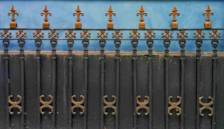 Cerca de privacidad con trabajos decorativos de metal ornamentado.