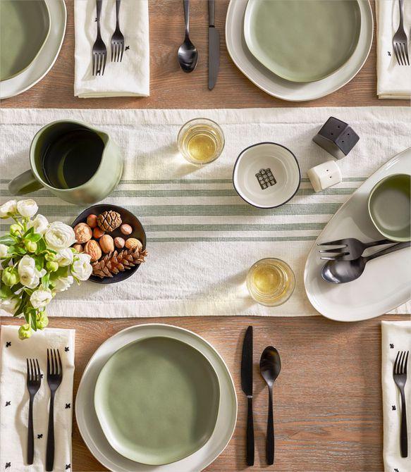 una mesa con platos verdes y blancos