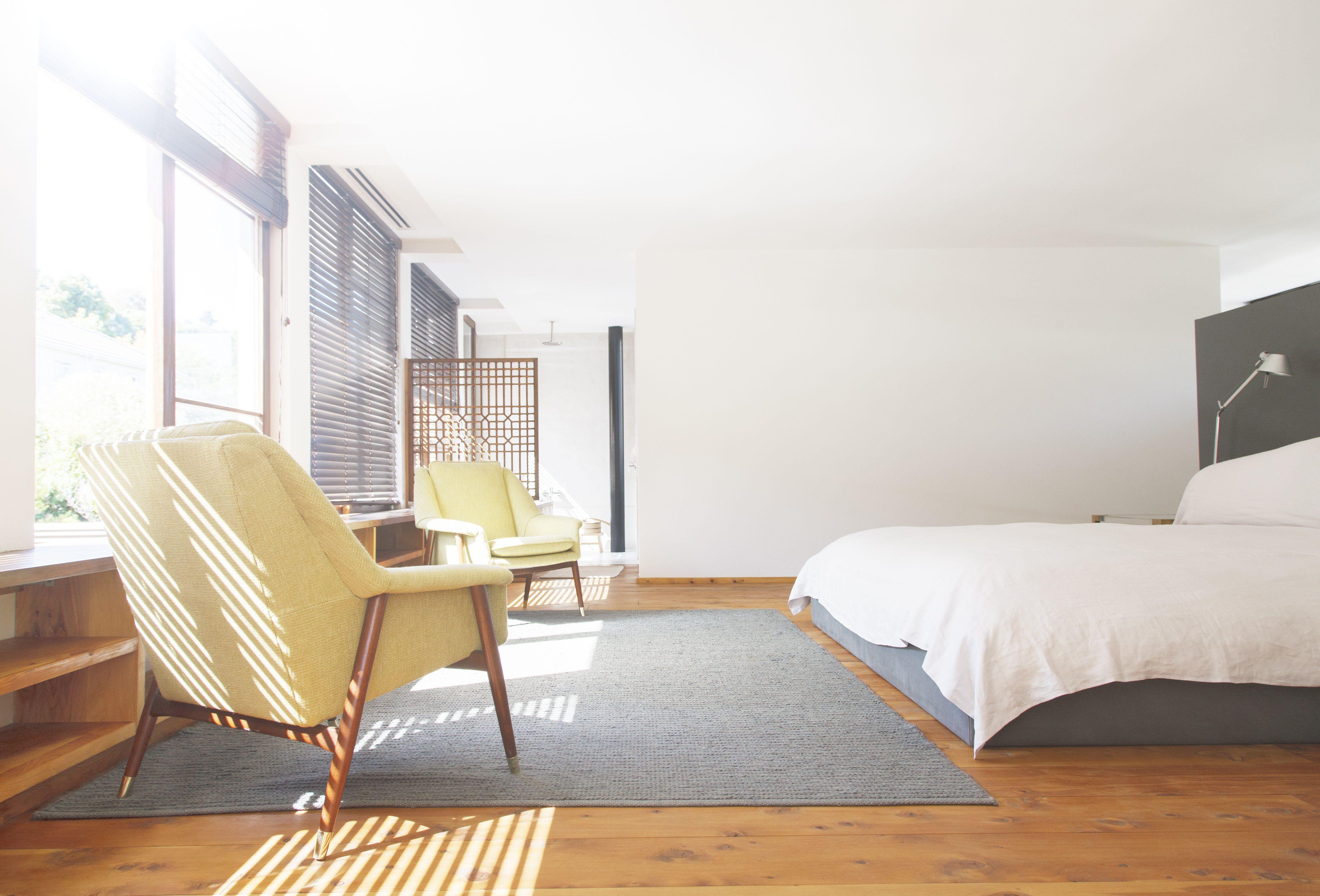 Sillas modernas de mediados de siglo en el dormitorio