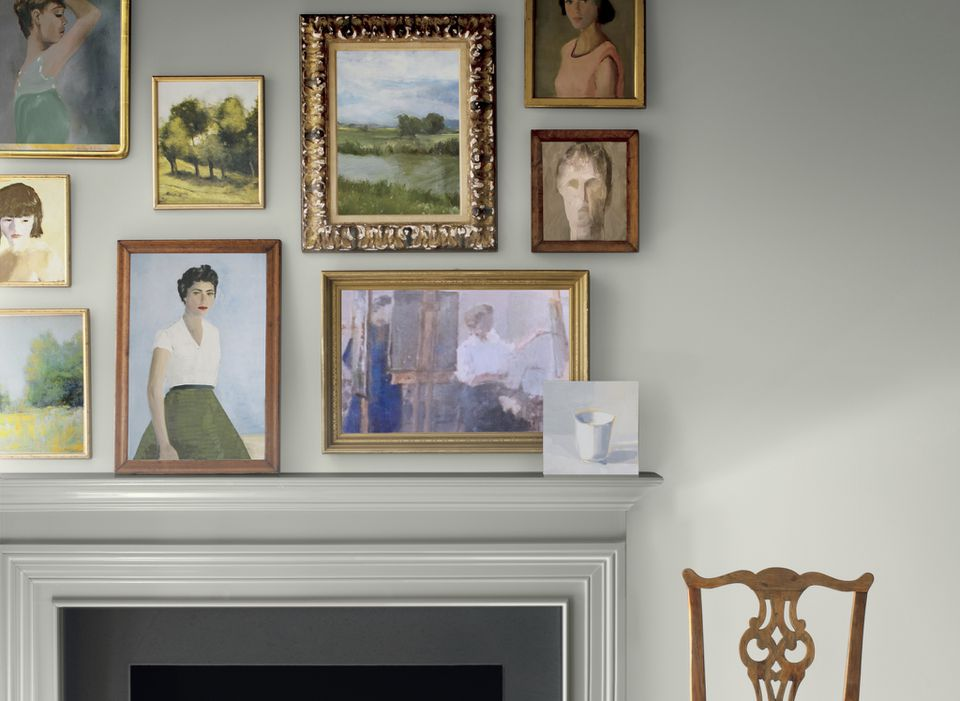Salón con pared de galería.