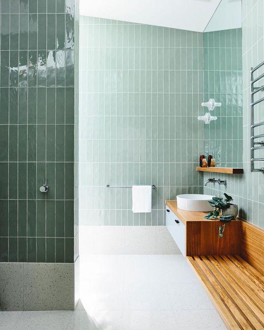 Baño con azulejos de color verde claro