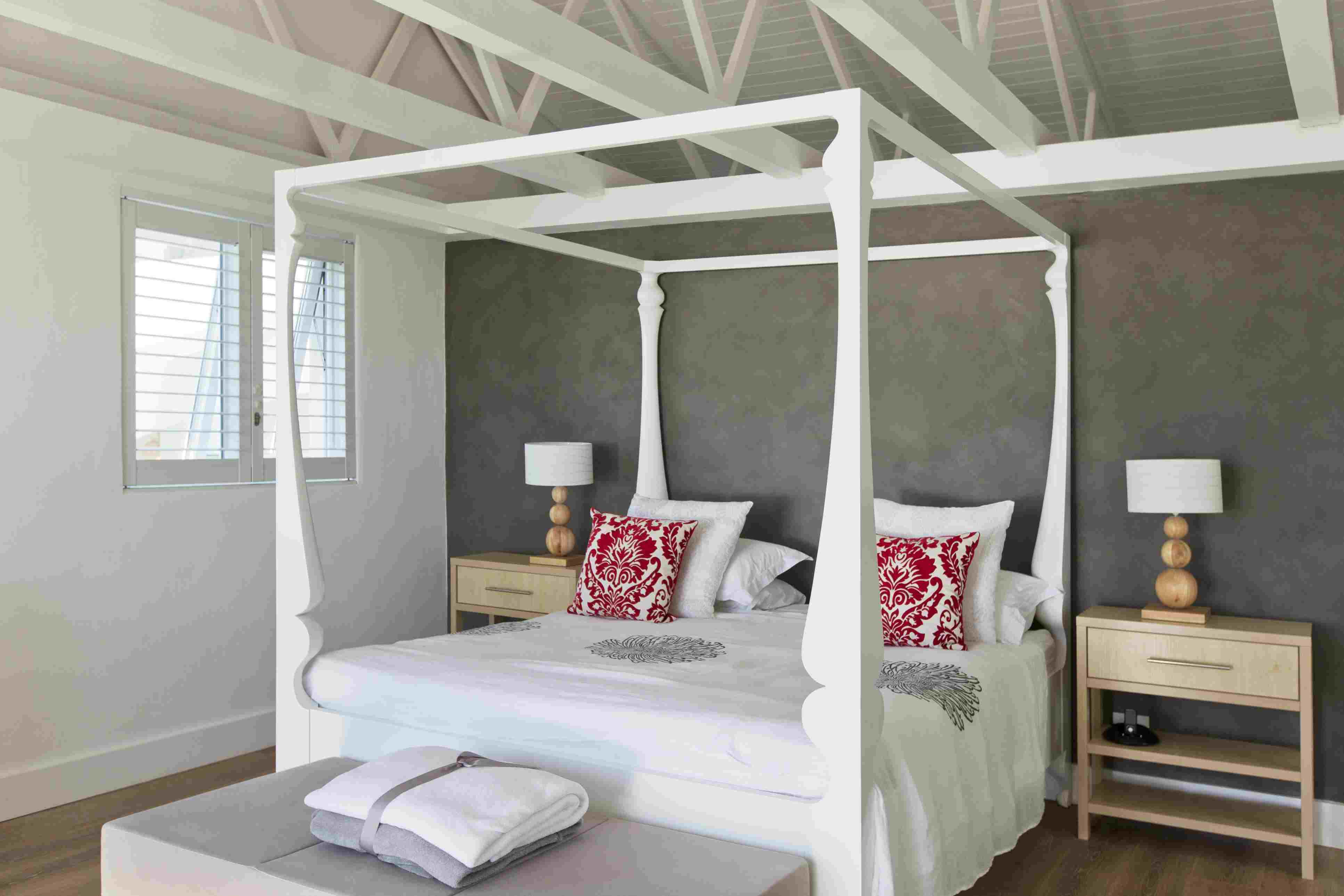 Hermosa cama con dosel en habitación contemporánea