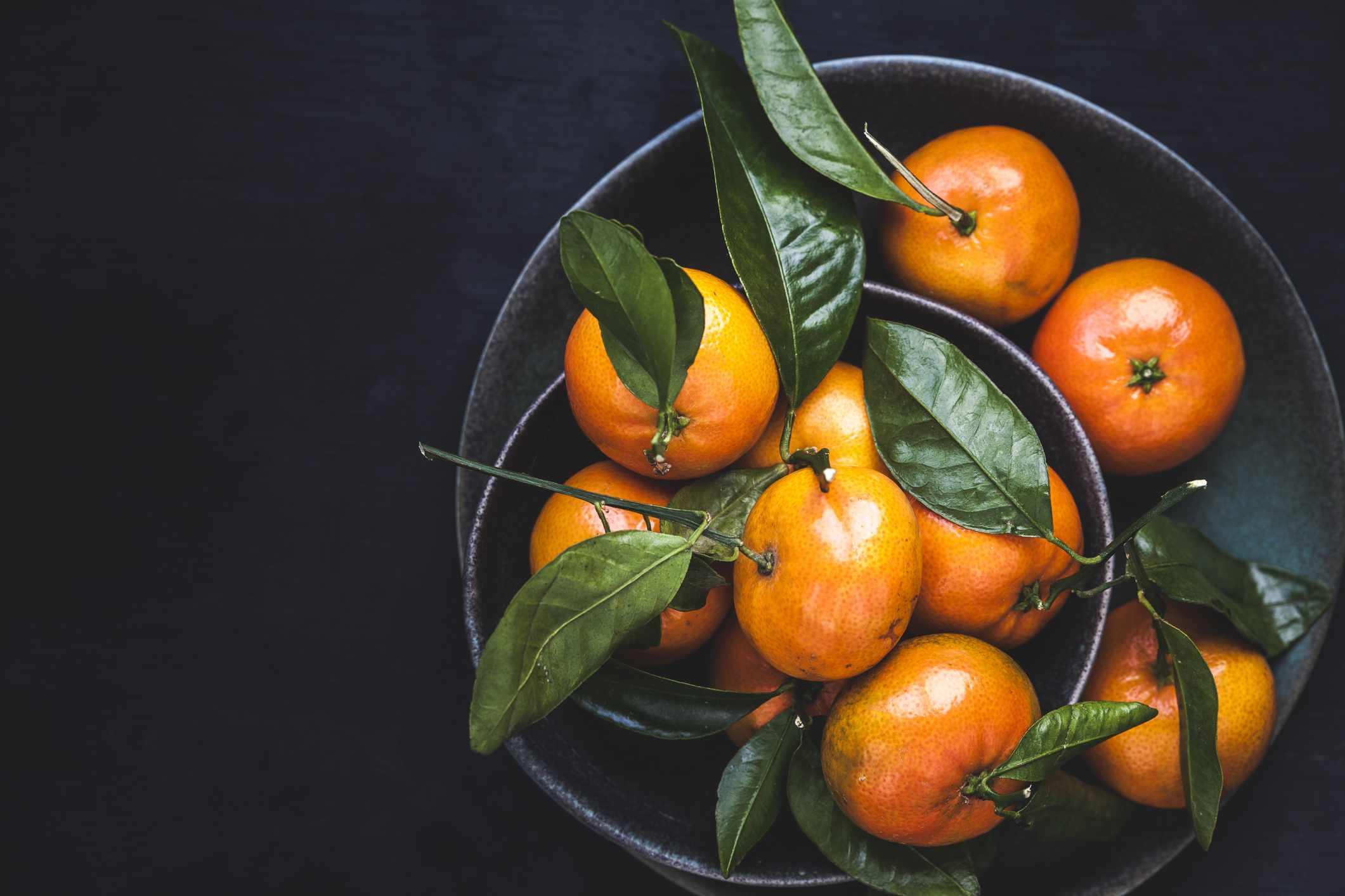 Naranjas mandarinas en un tazón para un buen feng shui