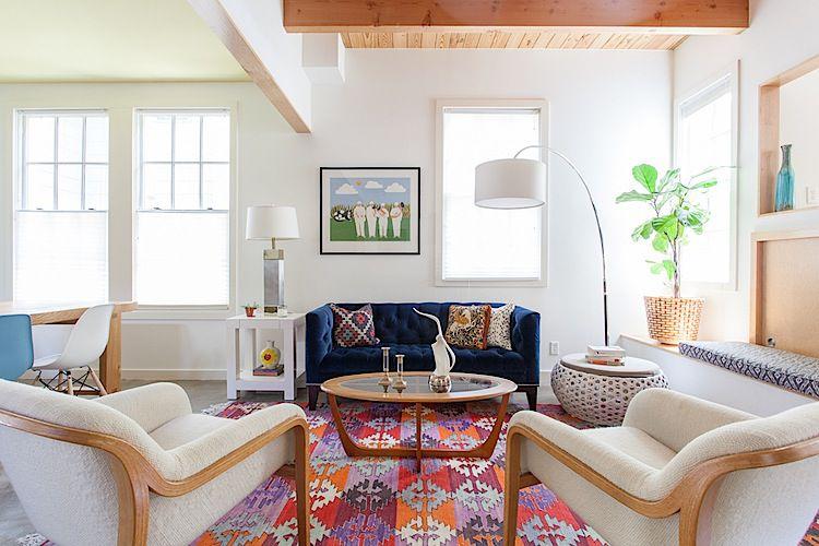 sala de estar blanca con alfombra de colores brillantes