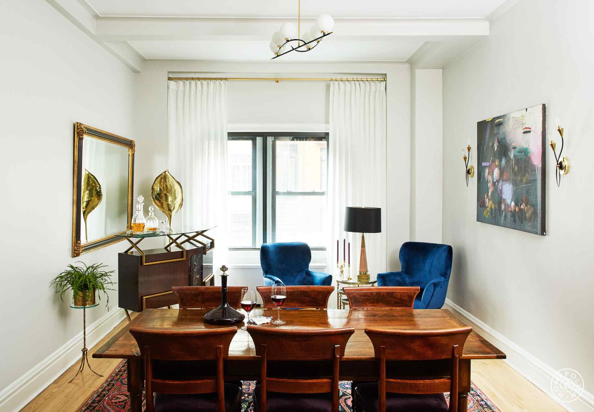 habitación inspirada en mediados de siglo con maderas mixtas