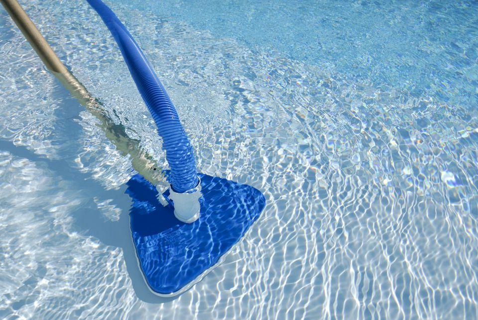 Pool cleaning in operation in a swimming pool