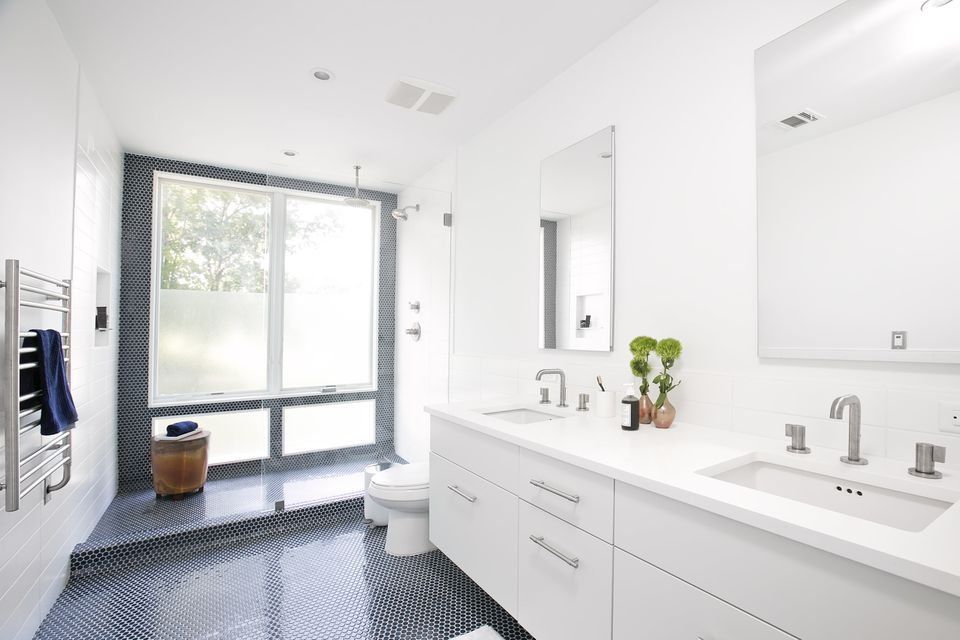 Bathroom painted Simply White by Benjamin Moore