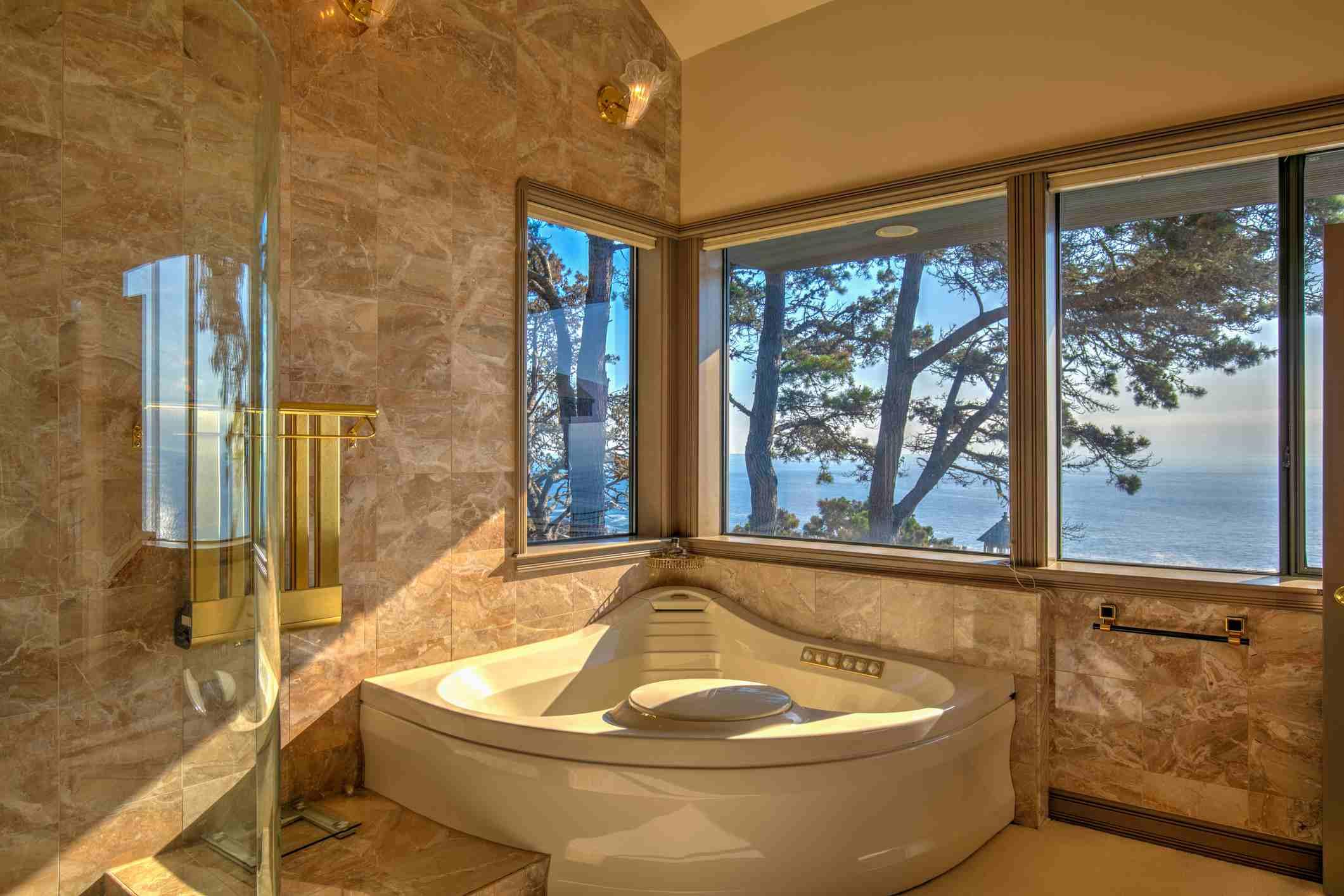 Una bañera de esquina de lujo