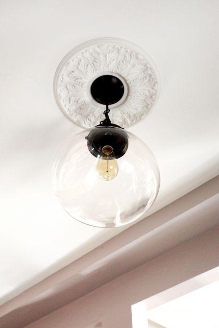 Un accesorio de techo moderno con luz de gas