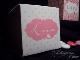 Cajas de favor rosas y blancas que dicen Amor., Cajas de favor con forma de corazones