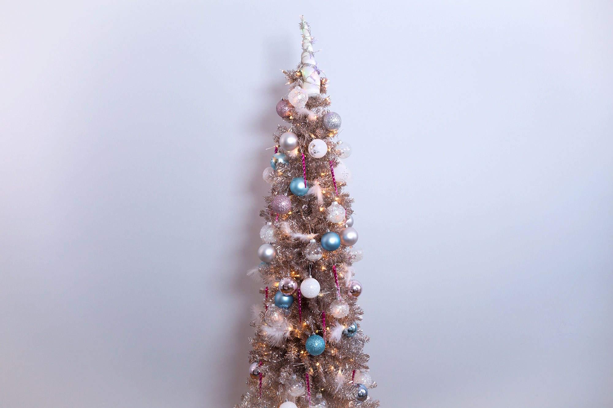 Árbol de Navidad con adorno de unicornio.