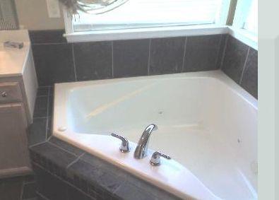 Azulejo negro alrededor de la bañera