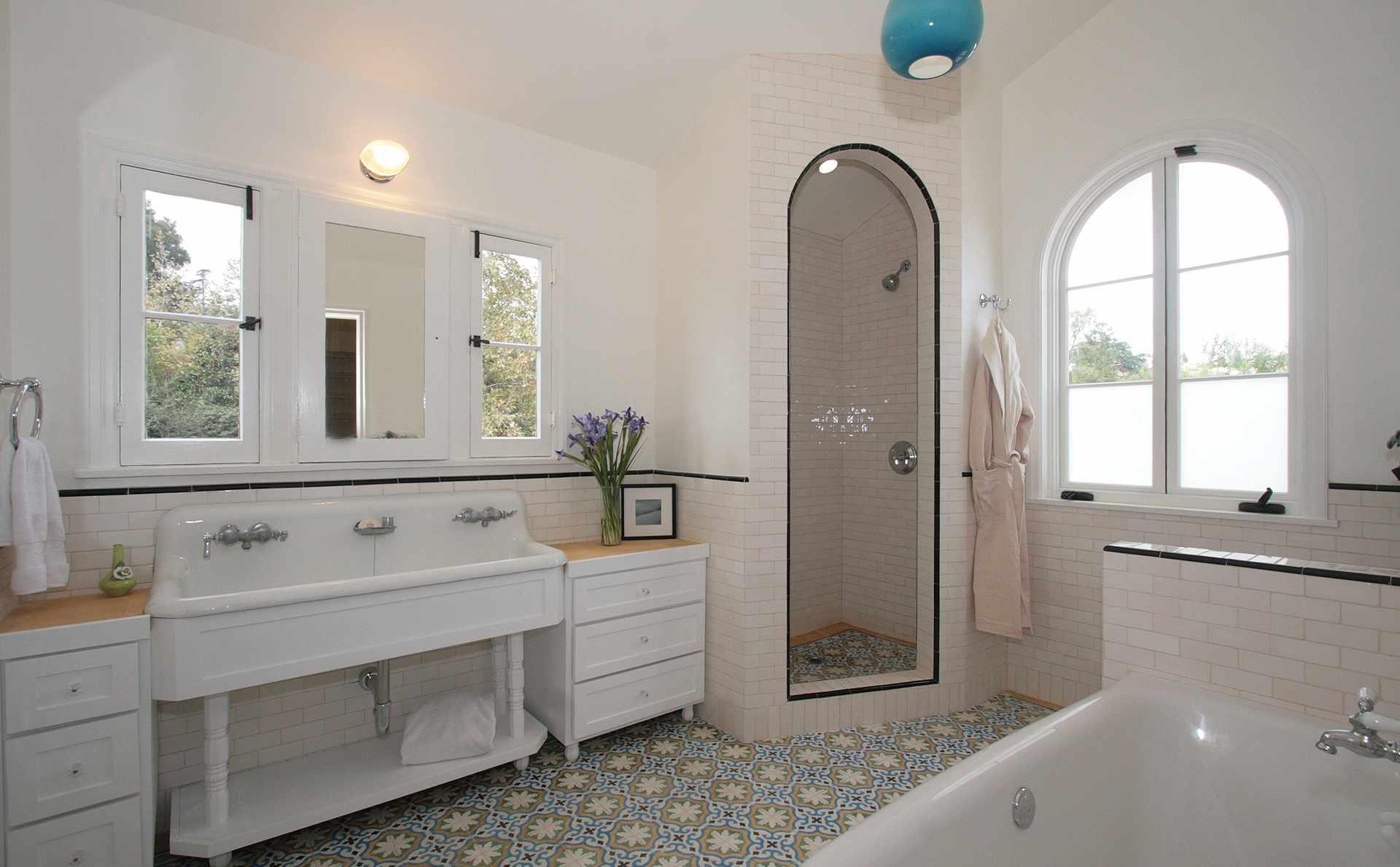 azulejo colorido en el baño blanco