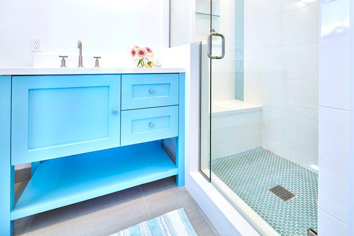 baño costero azul y blanco