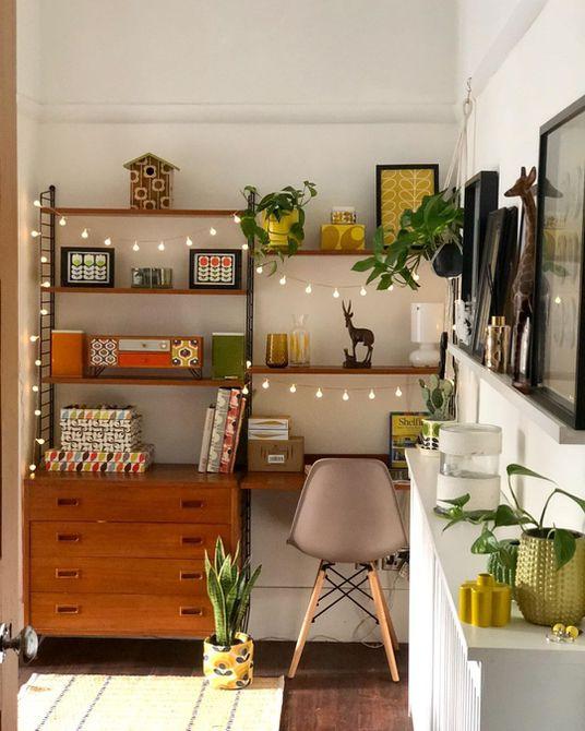 Oficina en casa con luces de cuerda