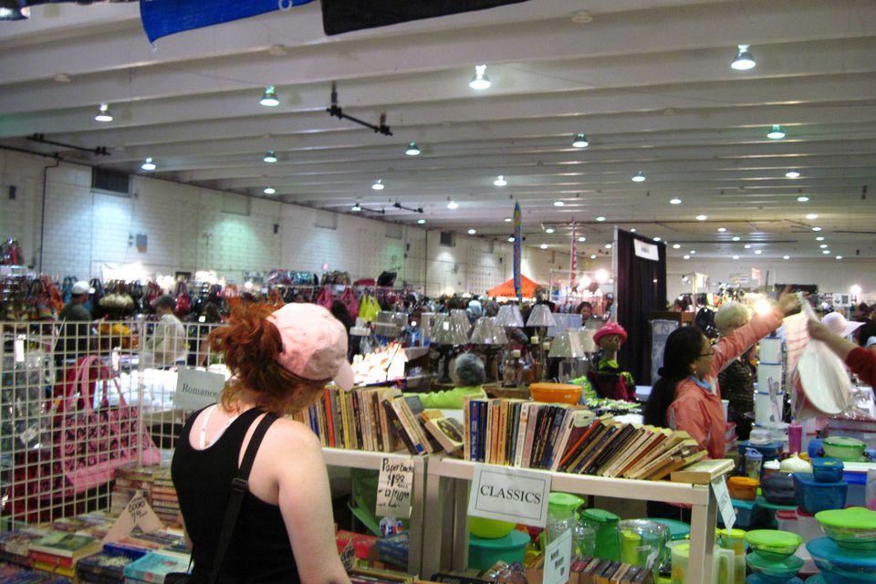 Los compradores en el Big One Memphis Flea Market