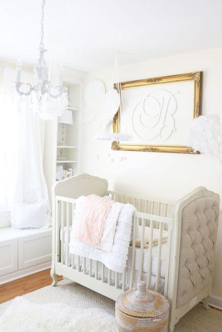 Vivero blanco y dorado suave con ricas texturas