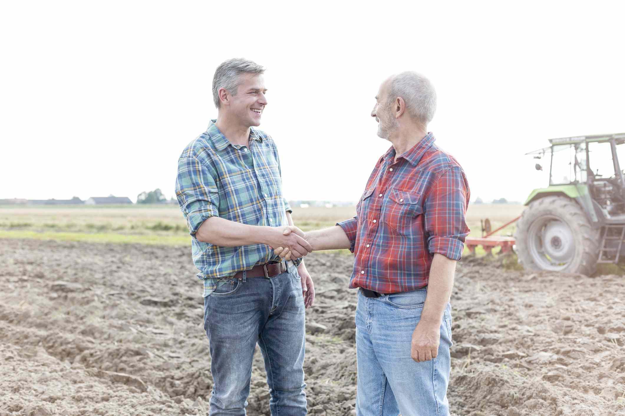 Agricultores dándose la mano
