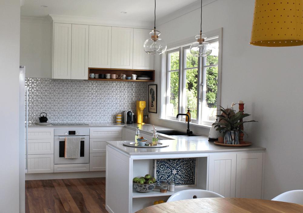 cocina blanca con gabinetes agitadores de tablero de madera