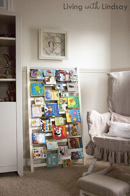 Carril de cuna reutilizado como un estante para libros