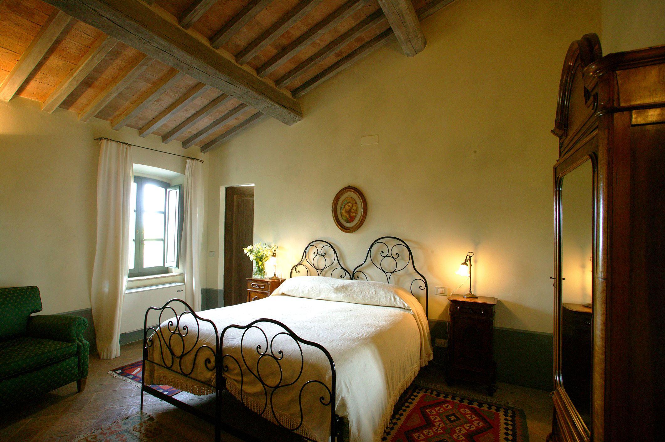 https://www.thespruce.com/thmb/cxxQwyBm5Lh9tvTYJ_jT50qyuRg=/2123x1412/filters:fill(auto,1)/charming-bedroom-on-tuscan-farm-541215344-5a7c8be0c064710037f17c3e.jpg
